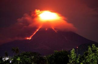 Эвакуация в провинции Майон: на Филиппинах вулкан извергает пепел и лаву
