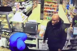 Как охранник наказал двух грабителей с муляжами пистолета (видео)