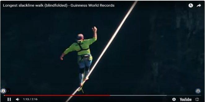 Экстремал прошёл самый длинный слэклайн в мире с повязкой на глазах