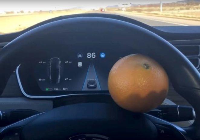 Мужчина обманул автопилот Tesla при помощи апельсина