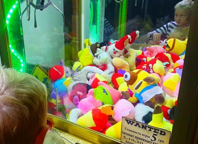 В США ребенок застрял в автомате с игрушками (видео)