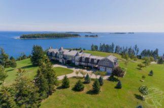 В Канаде за $7 млн продают остров с особняком (11 спален), коттеджами и причалом