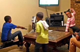Детям этого папы нужно самим выработать электричество, чтобы поиграть в приставку