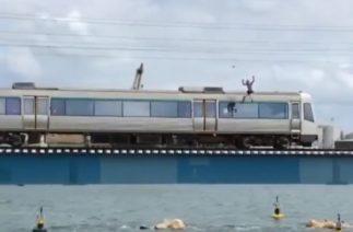 В сантиметрах от смерти: парень прыгнул с крыши поезда на полном ходу