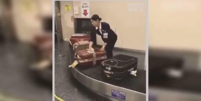 Эти кадры из японского аэропорта западные СМИ назвали «шокирующими», но человек на них просто делает свою работу