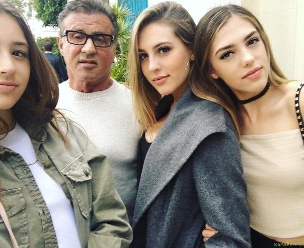 Так подписал своё фото с дочерьми в своём официальном инстаграме звезда боевиков Сильвестр Сталлоне...