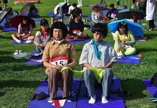 В Сеуле более 70 человек приняли участие в конкурсе, цель которого заключалась в том, чтобы 90 минут ничего не делать. Победителем стал рэпер Шин Нио-Сеоб. Мужчина выдержал 90 минут, сохранив ровный пульс, и признался, что тренировался дома.